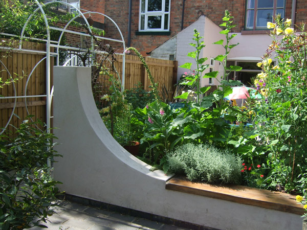 Curved Raised Garden Beds : Contemporary Raised bed with Curved Wall and bench, Loughborough ...